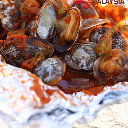 BBQ Clams using sambal, a popular chili based from Malaysia and Indonesia | rasamalaysia.com