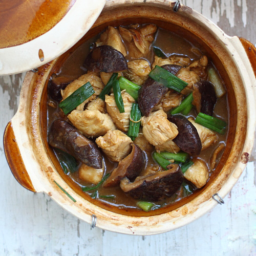 Clay Pot Chicken with Mushroom (冬菇滑鸡煲)