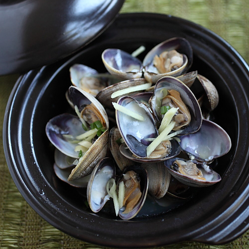 Drenched in Chinese cooking wine, these Manila Clams were bursting with natural sweetness of shellfish and oozed the rich aroma and fragrance of wine. | rasamalaysia.com