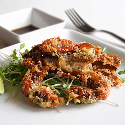 Typically found in Japanese restaurants, these homemade soft shell crabs are coated with panko, deep fried, and served with ginger ponzu sauce. | rasamalaysia.com