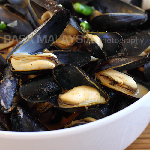 Mussels in Red Curry Sauce - This is my simple mussels in red curry sauce recipe. Do remember to have some crusty bread to sop up the sweet, briny, and spicy red curry sauce. | rasamalaysia.com