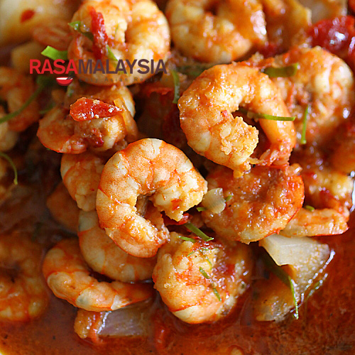 Sambal udang is quite easy to make and you need only a few key ingredients–prawns/shrimps, sambal, belacan, and tamarind. | rasamalaysia.com