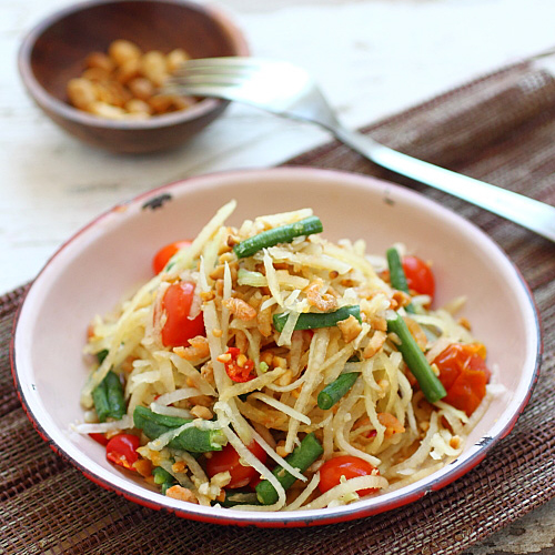 Thai green papaya salad – the best salad ever with shredded green papaya, long beans and tomatoes. So yummy | rasamalaysia.com