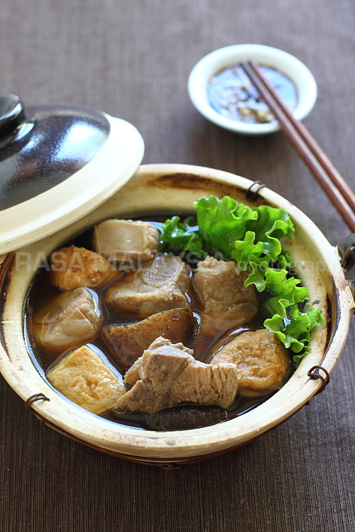 Infused with herbs such as Dong Quai, Cinnamon, Star Anise, and loaded with pork ribs, dried Shitake mushrooms, tofu puffs, and heaps of garlic, this soup fills the kitchen with evocative scents. | rasamalaysia.com
