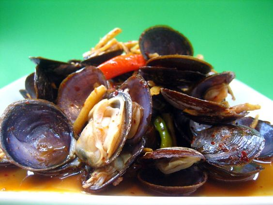 I always love my clams stir-fried–a little bit of oyster sauce, dollops of chili paste, and some fresh ginger make a great dish. | rasamalaysia.com