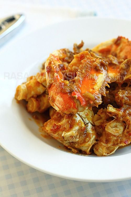 Chili Crab is a very popular dish in Malaysia and Singapore. This is an easy chili crab recipe that anyone can make at home. A family chili crab recipe. | rasamalaysia.com