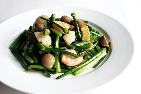 Stir-fried Chive Buds Recipe - For this recipe, I used some straw mushrooms, scallops, and shrimps. Toss in some oyster sauce, sesame oil, Shaoxing wine and you will have a restaurant quality stir-fried dish. | rasamalaysia.com