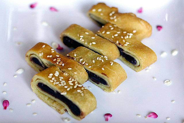 Red bean paste pancakes recipe (豆沙锅饼). Learn how to make red bean pancakes with this easy recipe. Makes crispy and tasty Chinese red bean pancakes. Must try. | rasamalaysia.com