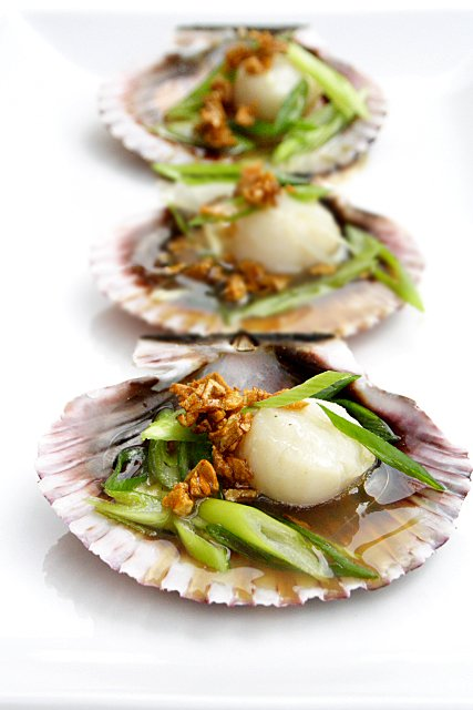 Steamed Scallops with Soy Sauce and Garlic Oil Recipe | rasamalaysia.com