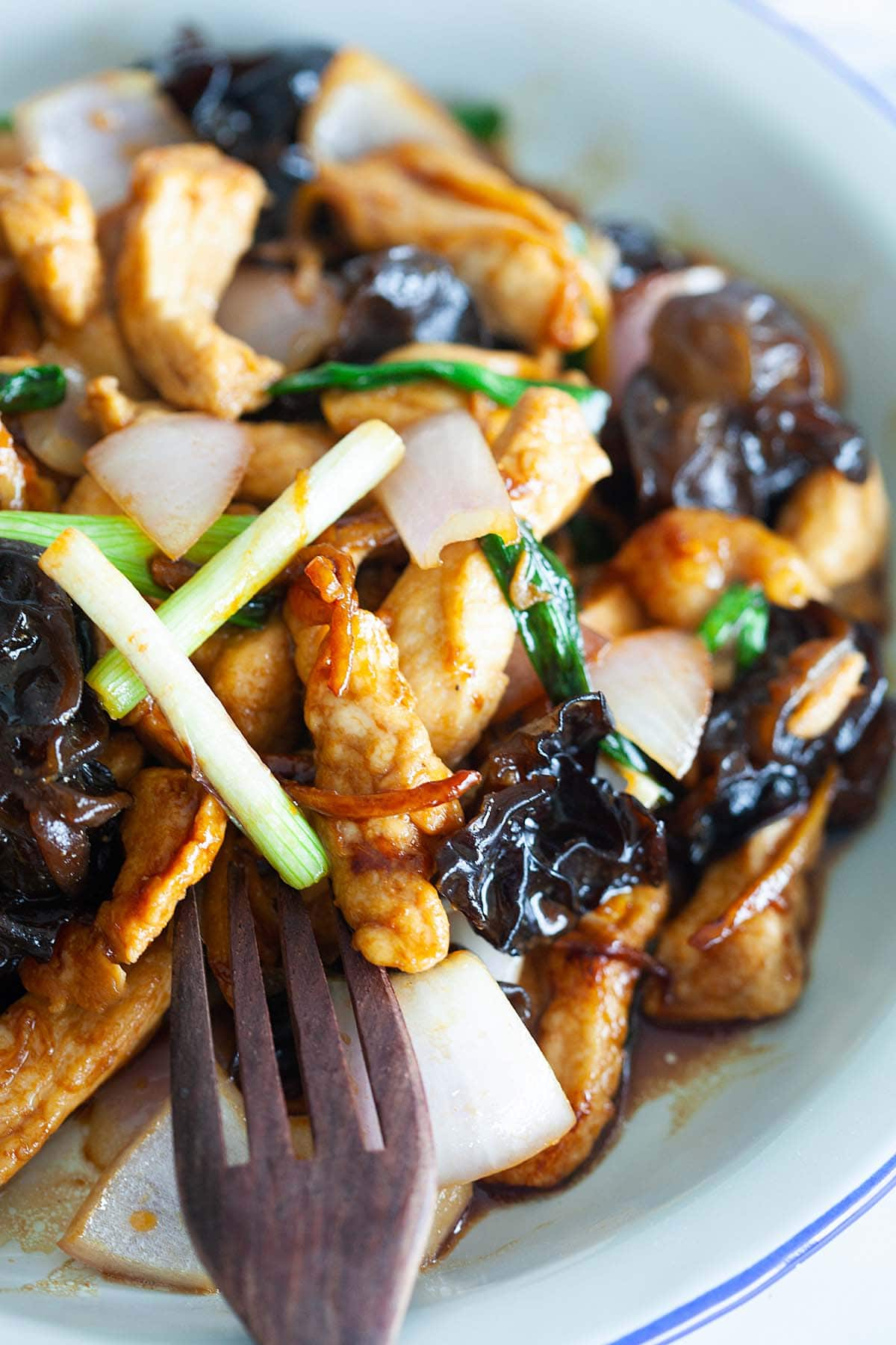 Stir fry chicken with black fungus and ginger.