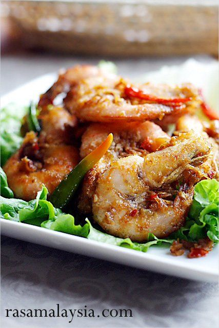 Satay Prawns (Prawns with Spicy Peanut Sauce) recipe - Get some medium size shrimps with the head and shell on, coat them with some corn flour, deep fried to golden crunchiness, and then toss them lightly with the spicy satay sauce/peanut sauce in the wok. That's it. It's that simple! | rasamalaysia.com
