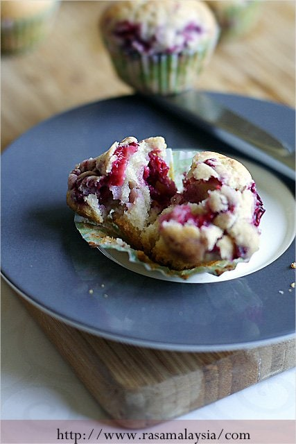 A simple and delicious Raspberry Muffins recipe that will have you crying for more mini Raspberry Muffins after they're all gone. | rasamalaysia.com