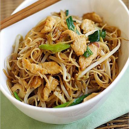 Fried Rice Vermicelli/Rice Sticks/Rice Noodles Recipe - For this fried rice sticks with chicken recipe, I used the simplest of ingredients–chicken, rice sticks, and bean sprouts.   rasamalaysia.com