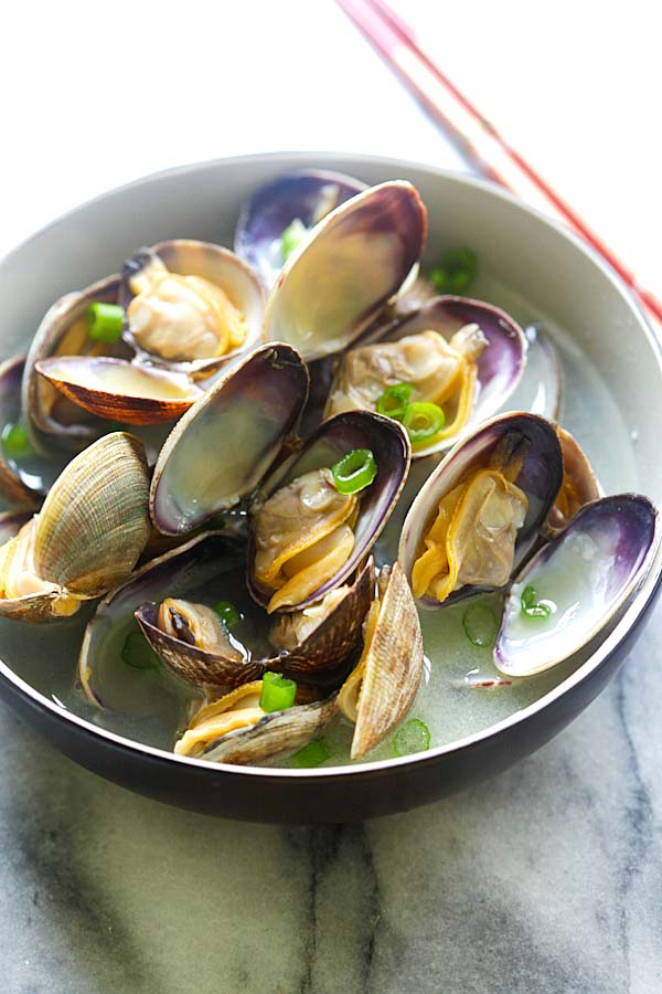 Japanese Steamed Clams - steamed Manila (Asari) clams with butter, Japanese sake and mirin. Briny, delicious and takes only 10 minutes | rasamalaysia.com