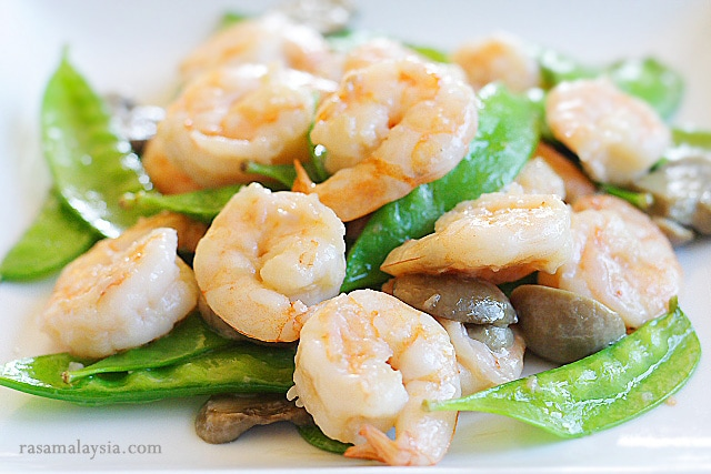 Sauteed shrimp with snow peas in brown sauce ready to serve.