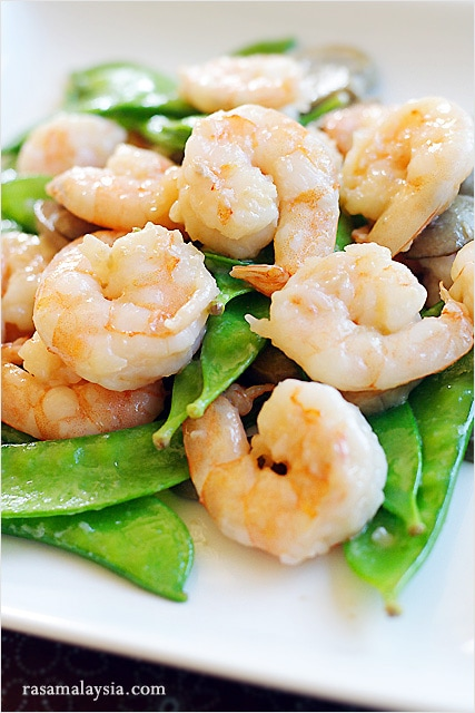 Quick and easy Chinese stir fry prawns with peas.