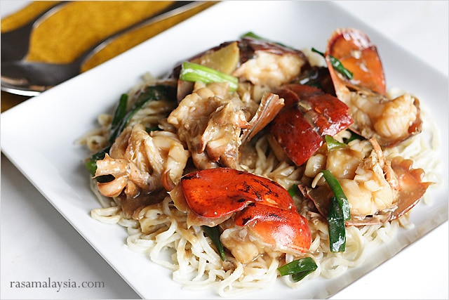 Lobster Yee Mein (Lobster Noodles) recipe and pictures. Lobster Yee Mein is a celebrated Chinese recipe that is great for Chinese dinners and banquet. | rasamalaysia.com