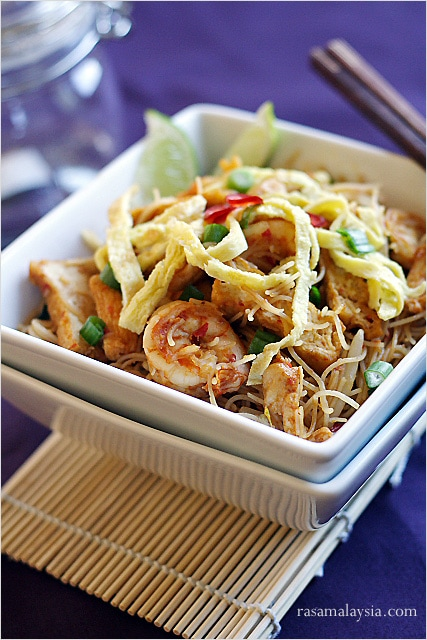 Mee siam (spicy rice vermicelli) recipe and pictures. Mee siam is popular in Malaysia and Singapore. A great mee siam recipe that you have to try. | rasamalaysia.com