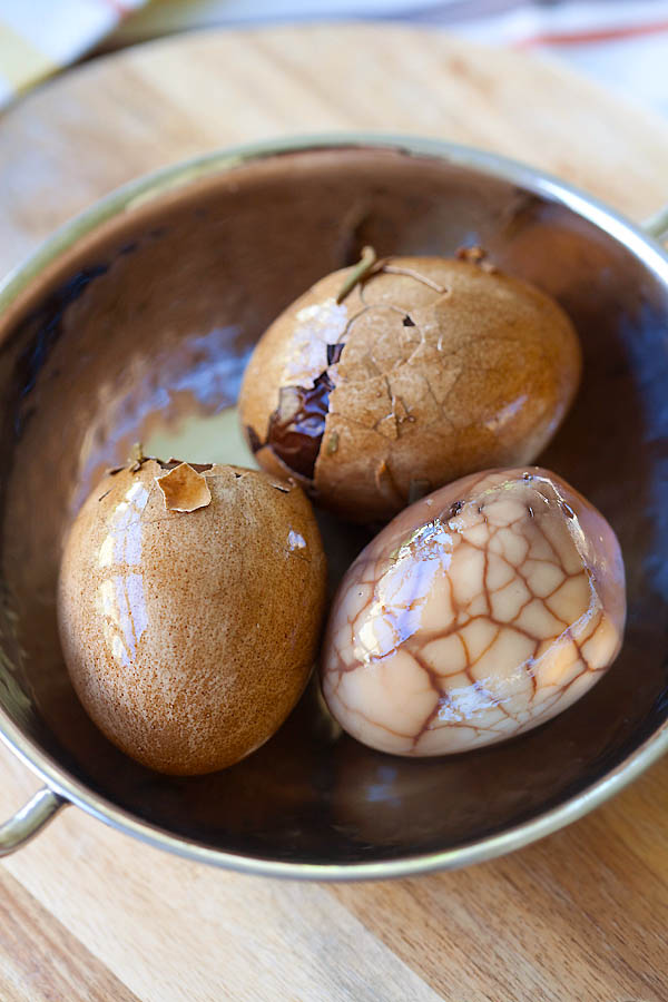 Chinese tea leaf eggs are eggs steeped in a tea-infused liquid. Tea leaf eggs are marbled in appearance and flavorful. Easy Chinese tea leaf eggs recipe. | rasamalaysia.com