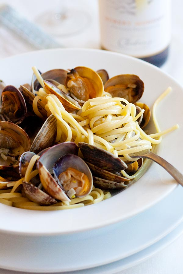 Linguine alle Vongole – best and easiest homemade pasta with clams in garlic butter sauce. Much better and cheaper than Italian restaurants | rasamalaysia.com