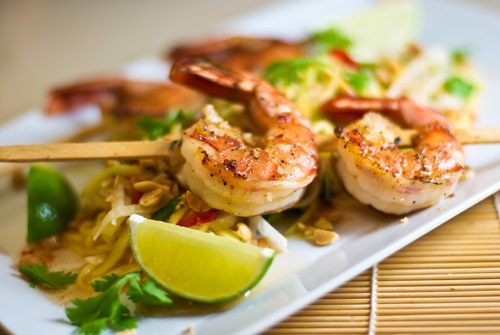 Grilled Shrimp with Green Papaya and Mango Salad recipe - To finish it off the salad is tossed with a delicious Vietnamese dressing made with lime juice, garlic-chili powder and nam pla and the whole thing is sprinkled with chopped peanuts. | rasamalaysia.com