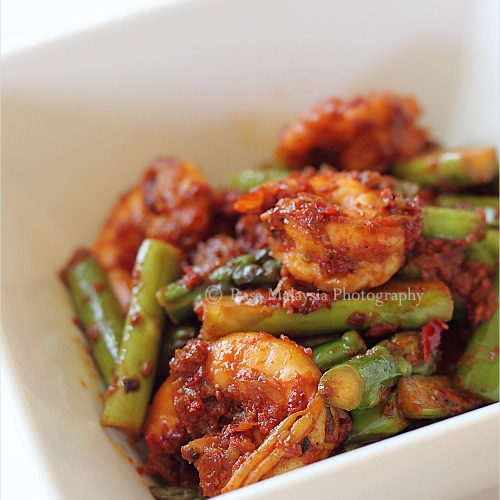 Sambal asparagus with scallops. Learn how to make sambal (Malaysian chili paste) and sambal asparagus with this easy recipe. | rasamalaysia.com