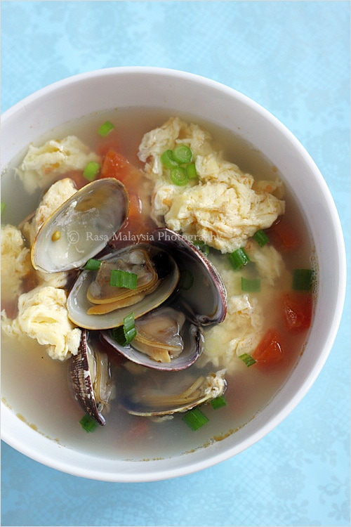 Egg drop soup is a popular Chinese soup. This egg drop soup recipe calls for clams. An easy and delicious egg drop soup that you can make in 30-minutes. | rasamalaysia.com
