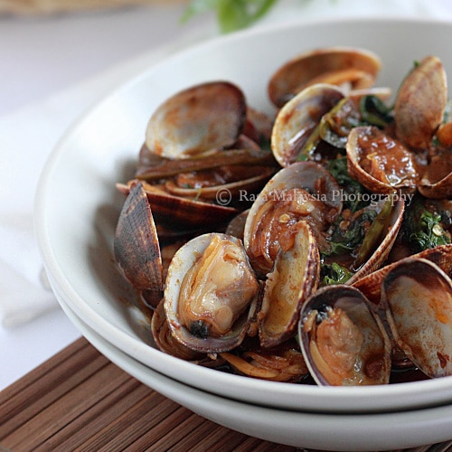 Spicy Clams in Thai Roasted Chili Paste (Hoy Lai Ped)