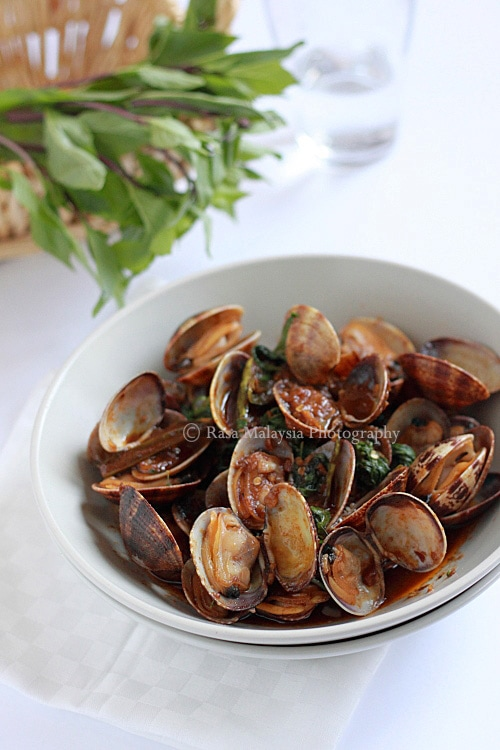 Clams Recipe: Hoy Lai Ped (Spicy Clams in Thai Roasted Chili Paste) recipe - Here is my recipe for hoy lai ped or spicy clams in Thai roasted chili paste. Try it out, it's seriously delicious!   rasamalaysia.com
