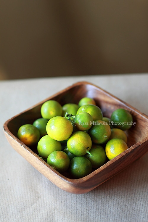 Calamansi (Calamondin/kalamansi) is a citrus tree with fresh, plump and juicy fruits that look like limes. Calamansi juice is refreshing, citrusy and perfect as a beverage on a hot day | rasamalaysia.com
