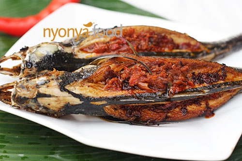 Here is our recipe for rempah fish—a Penang Nyonya specialty that is well-loved by many Peranakan/Nyonya-Baba families. If you go to Penang, you might find it at economy rice stalls if you are lucky! | rasamalaysia.com