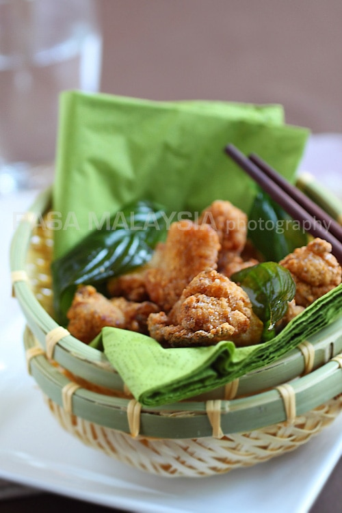 Salt and pepper chicken is a favorite Taiwanese street food. Easy salt and pepper chicken recipe that you can try at home. A great afternoon snack. | rasamalaysia.com