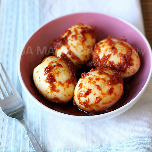 Sambal telur or egg sambal is a delicious Malaysian recipe. Combining cooked sambal with hard boiled eggs, sambal telur or egg sambal is great with rice. | rasamalaysia.com