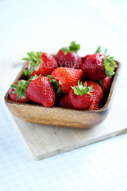 Home-made strawberry jam recipe that anyone can make at home. This strawberry jam is cheaper and much better than the bottled strawberry jam in stores.   rasamalaysia.com