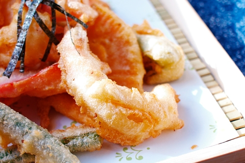 Vegetables and shrimp deep fried in a delicious tempura batter, making delicious tempura.