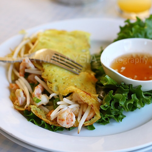 Banh Xeo is a Vietnamese savory crepe with shrimp and pork. This banh xeo recipe makes delicious servings of banh xeo at home. A must try Vietnamese recipe. | rasamalaysia.com