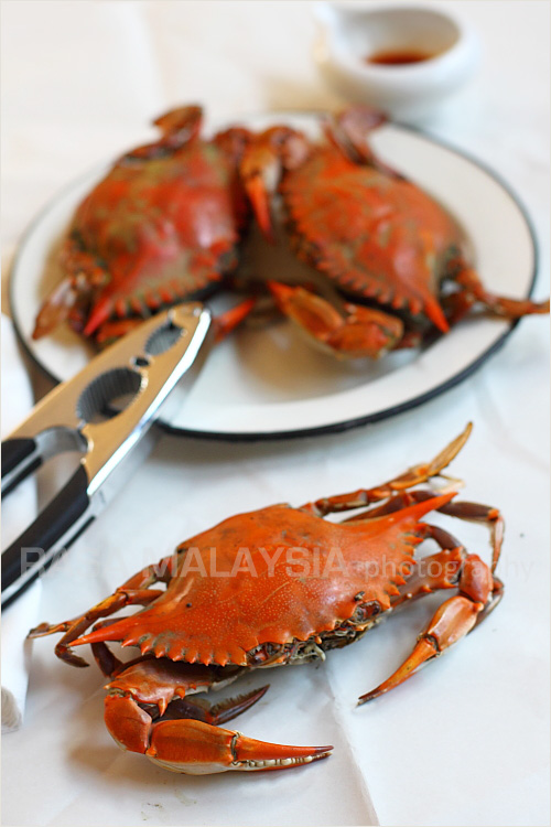 Easy baked crab recipe that anyone can make. Easy baked crab is best with blue crab or mud crab because the crab meat is naturally sweet and flavorful. | rasamalaysia.com