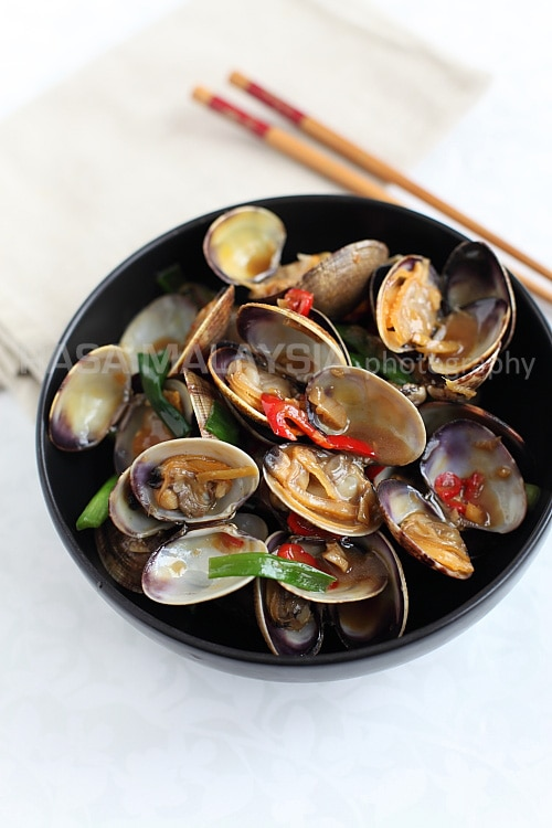 Taiwanese-style Clams recipe - Stir-fried with the basic Chinese seasonings of oyster sauce, soy sauce, sugar, rice wine, and infused with the spiciness of fresh red chilies, these clams retain the original briny sweet taste. | rasamalaysia.com