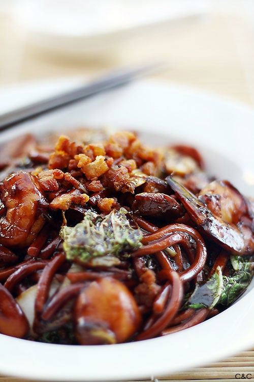 KL Hokkien Mee recipe - This dish is famous for the dark, fragrant sauce that the noodles are braised in. The secret to an authentic KL Hokkien Mee is the pork fat! | rasamalaysia.com