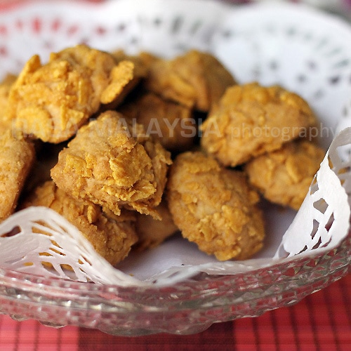 Easy cornflake cookies recipe that yields buttery, crunchy, and tasty cornflake cookies. Cornflake cookies are great for festive seasons or just about anytime. | rasamalaysia.com