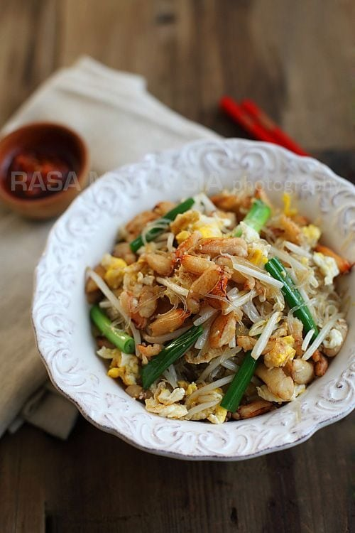 This easy crab noodles are made with mung bean threads (cellophane noodles) and crab meat. Delicious crab noodles recipe for any occasions. | rasamalaysia.com