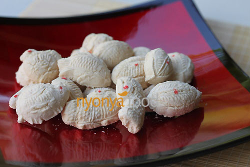 Kuih Bangkit is a traditional Chinese New Year cookies and it is made mainly from tapioca flour, eggs and coconut milk. It is a cookie that is hard on the outside but melts in your mouth. | rasamalaysia.com
