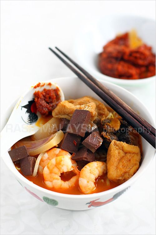 Penang Curry Mee recipe - With toppings many would consider bizarre: pig's blood cubes (they taste like tofu except that they are maroon in color), bloody cockles, soaked cuttlefish slices, shrimp, and tofu puffs. | rasamalaysia.com