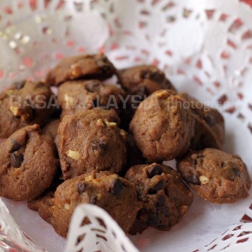 Easy chocolate chip cookies recipe that yields buttery chocolate chip cookies. Say hello to freshly baked chocolate chip cookies from your own oven.   rasamalaysia.com