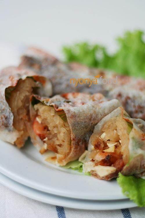 Nyonya fresh spring rolls with shredded jicama, shrimp and/or pork, plus diced bean curd wrapped with fresh popiah skin. | rasamalaysia.com