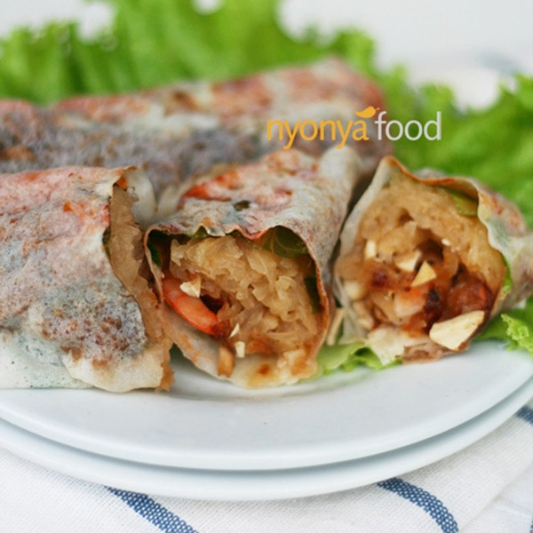 Nyonya fresh spring rolls with shredded jicama, shrimp and/or pork, plus diced bean curd wrapped with fresh popiah skin. | rasamalaysia.com