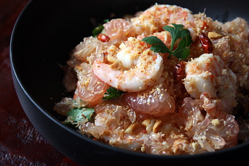 Thai Pomelo Salad recipe (Yam Som-O) - coconut flakes, shrimp, red chili flakes, shallots, garlic, roasted peanuts, lime juice, cilantro. | rasamalaysia.com