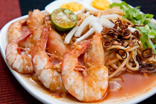 Mee Udang (Malay Prawn Noodle) recipe - A plate of yellow noodles topped with huge fresh prawns in sourish tomato gravy. It is indeed appealing. | rasamalaysia.com