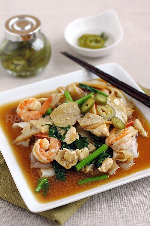 Thai Rad Na, or flat noodles with gravy | rasamalaysia.com