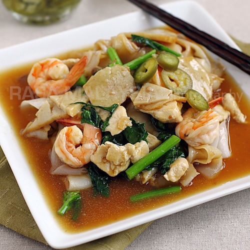 Thai Rad Na, or flat noodles with gravy | rasamalaysia.com